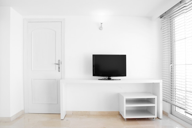 Witte, moderne en schone huiskamer