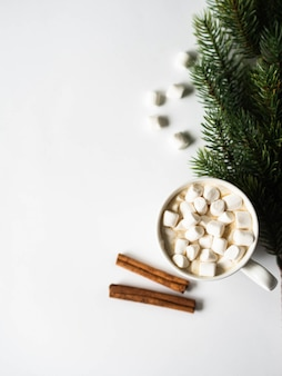 Witte mok met cacao met kruiden en marshmallows