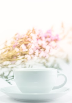 Witte mokkop en statische bloem