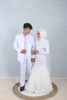 Witte moslim trouwjurk foto