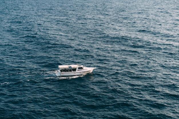 Witte motorjacht vaart op volle zee