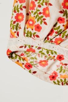 Witte mouw met rode bloemen close-up
