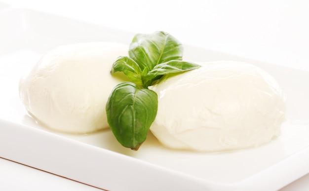 Witte mozarella kaas met muntblaadjes