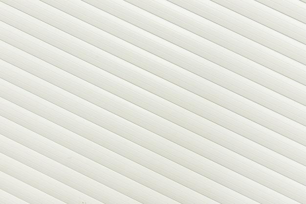 Witte muur, lijnen schuin met de helling, riem