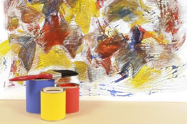 Witte muur met abstracte verf