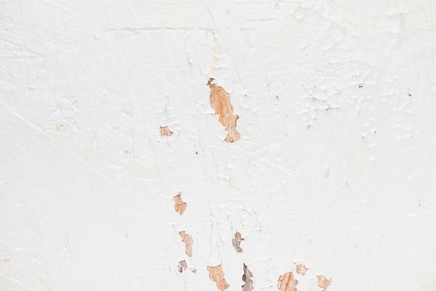 Witte muur met krassen erop
