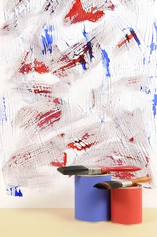 Witte muur met rommelige blauwe en rode verf