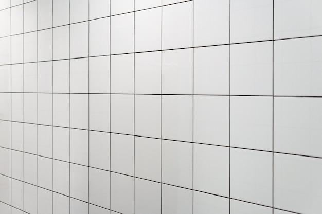 Witte muurtegels in sportdouche. minimaal ontwerp