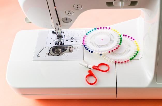 Witte naaimachine en naaibenodigdheden