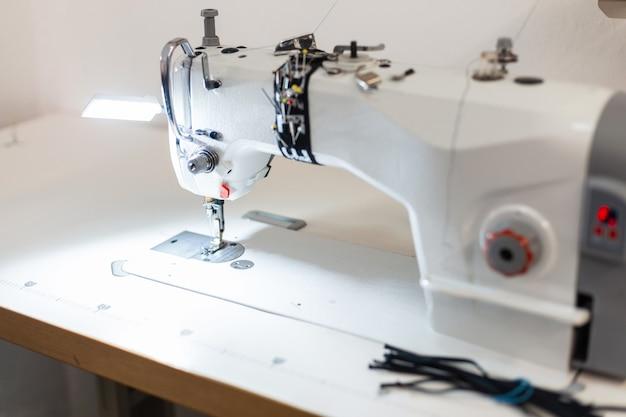 Witte naaimachine in de werkkamer