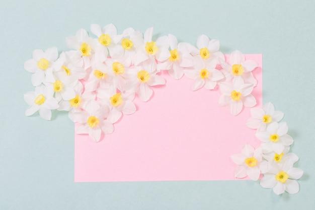 Witte narcissen op lege wenskaart. gelukkige moederdag