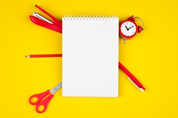 Witte notebook met briefpapier in het rood