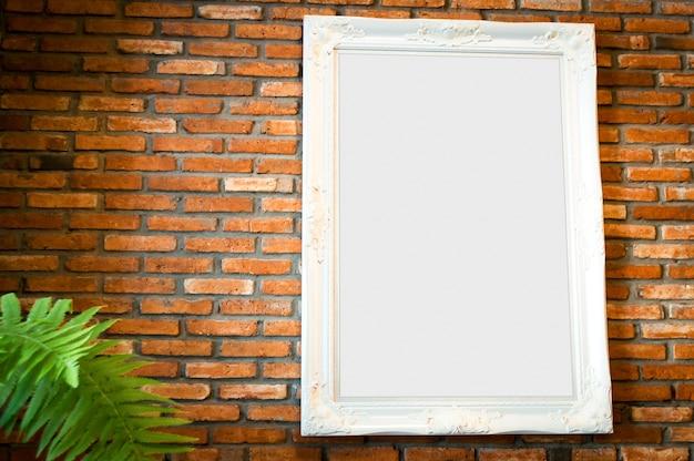 Witte omlijsting met exemplaarruimte op de grungebakstenen muur.