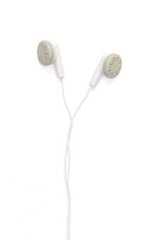 Witte oortelefoons die op wit met het knippen van weg worden geïsoleerd