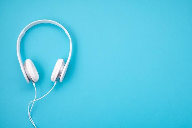 Witte oortelefoons op blauwe achtergrond