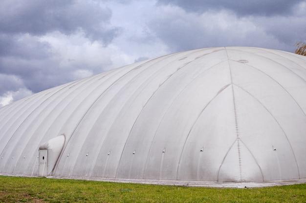 Witte opblaasbare hangar. luifel gemaakt van dekzeil.