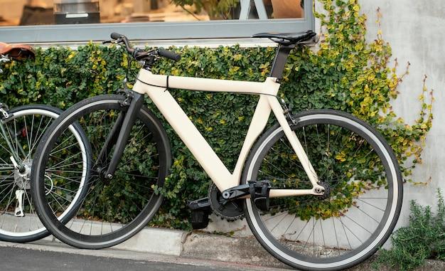 Witte oude fiets met zwarte wielen