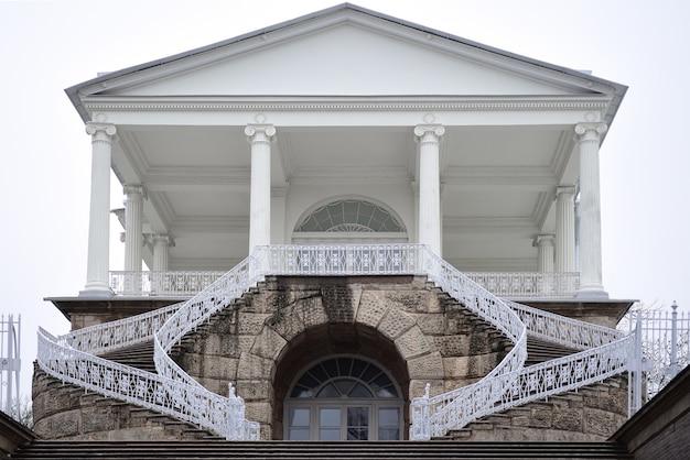 Witte oude griekse gebouw met kolommen