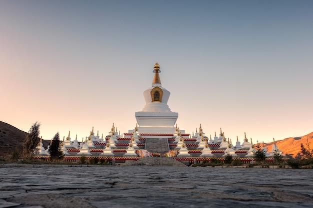Witte pagode van heilige plaats in avond