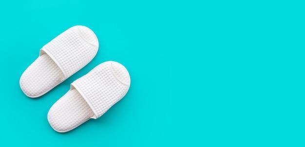 Witte pantoffels op kleur ruimte achtergrond