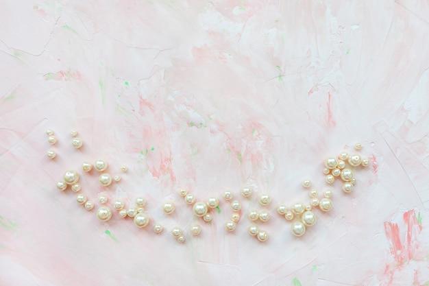 Witte parels op roze creatieve abstracte achtergrond