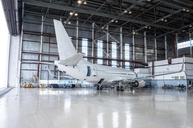 Witte passagiersvliegtuigen in de hangar