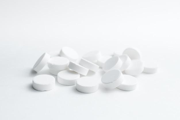 Witte pillen geïsoleerd