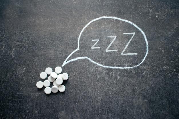 Witte pillen in z-vorm en tekst. slaapmiddelen, hypnotica