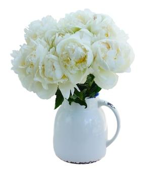Witte pioen bloeit boeket in vaas geïsoleerd op een witte achtergrond