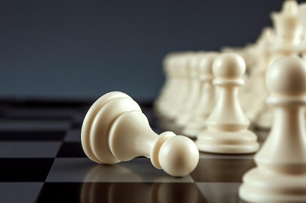 Witte pion ligt op een schaakbord