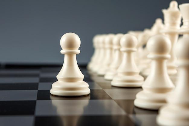 Witte pion op een schaakbord
