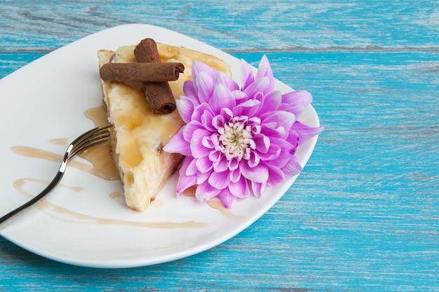 Witte plaat met een stuk cheesecake