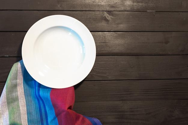 Witte plaat op een tafelkleed