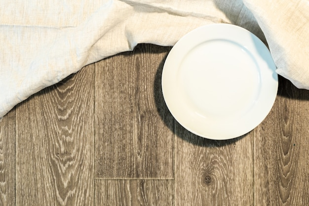 Witte plaat op een tafellaken