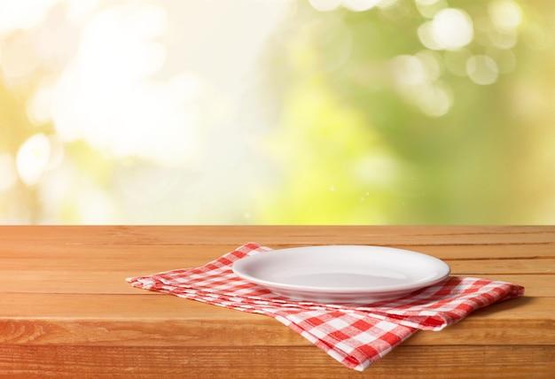 Witte plaat op servet op houten tafel