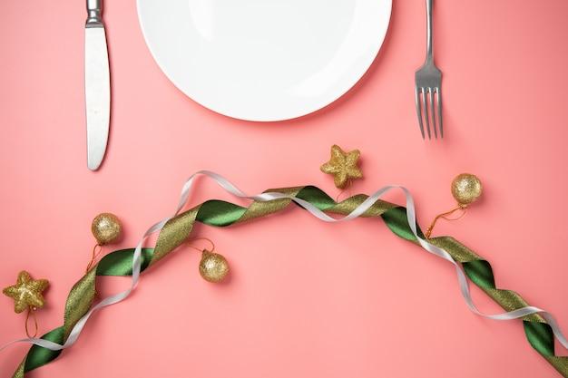 Witte plaat roze achtergrond lint hartvorm decoreren met liefde voor een paar speciale gelegenheid
