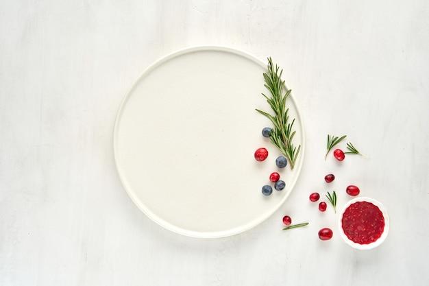 Witte plaat versierd met bessen bovenaanzicht, plat leggen