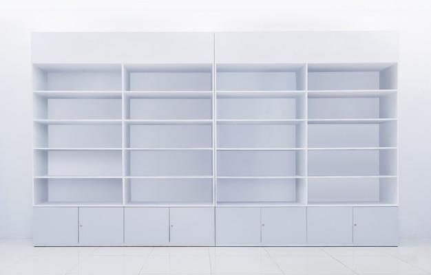 Witte plank gemaakt van gerecycled houten gelamineerd voor het tonen of tonen van merchandise