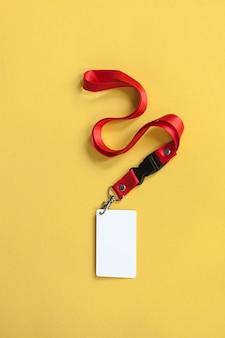 Witte plastic badge geïsoleerd