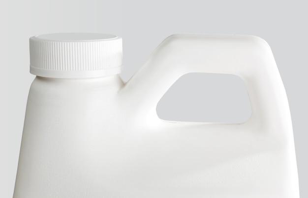 Witte plastic fles geïsoleerd op een witte achtergrond