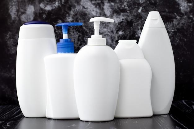 Witte plastic flessen vloeibare zeep, shampoo en douchegel. hygiëne concept. toiletartikelen in de badkamer.