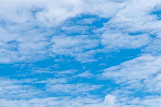 Witte pluizige wolken op blauwe hemel