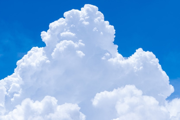 Witte pluizige wolken op blauwe hemelachtergrond