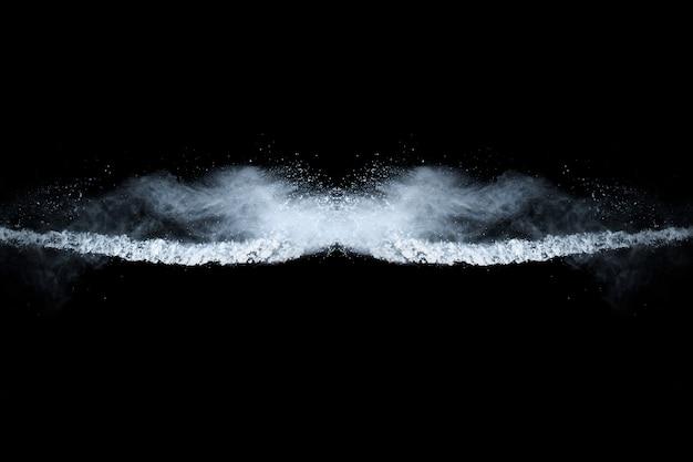 Witte poeder explosie op zwarte achtergrond.