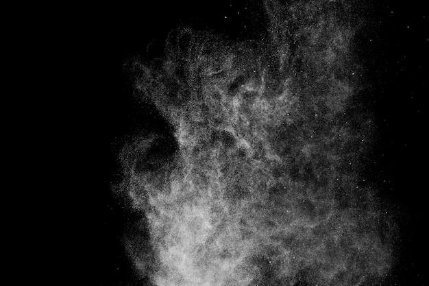 Witte poedereffect plons voor make-upkunstenaar of grafisch ontwerp op zwarte achtergrond