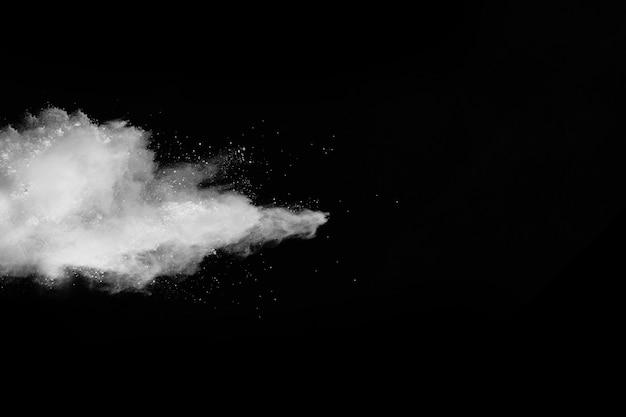 Witte poederexplosie op zwarte achtergrond.