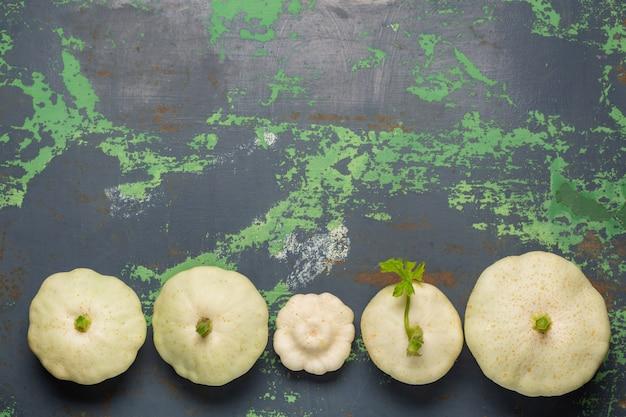 Witte pompoengroenten op oud ijzer