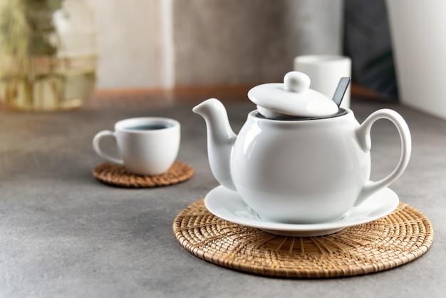 Witte porseleinen theekop en theepot, instelling 's middags theetafel