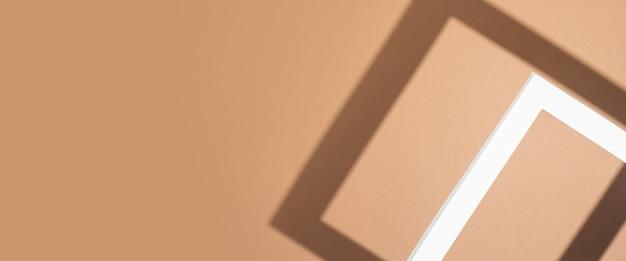 Witte presentatie podium frame op bruine achtergrond. bovenaanzicht, plat gelegd. banier.
