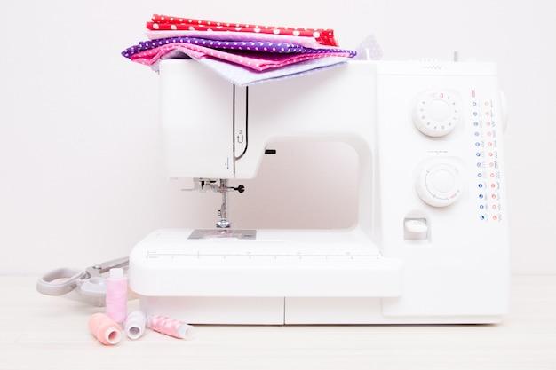 Witte professionele naaimachine op tafel